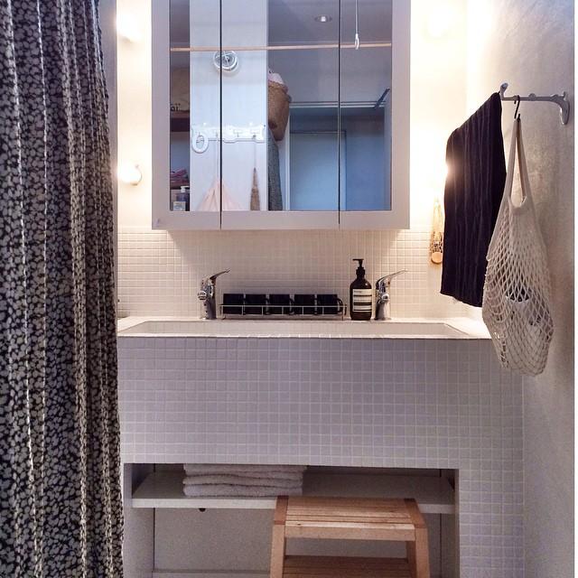 モノトーン色でまとめた素敵な洗面所