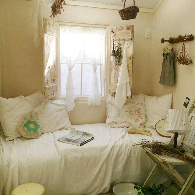 外国風の可愛らしいお部屋にドライフラワーを飾る