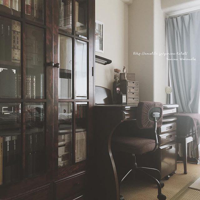 レトロな雰囲気漂う本棚を使った収納
