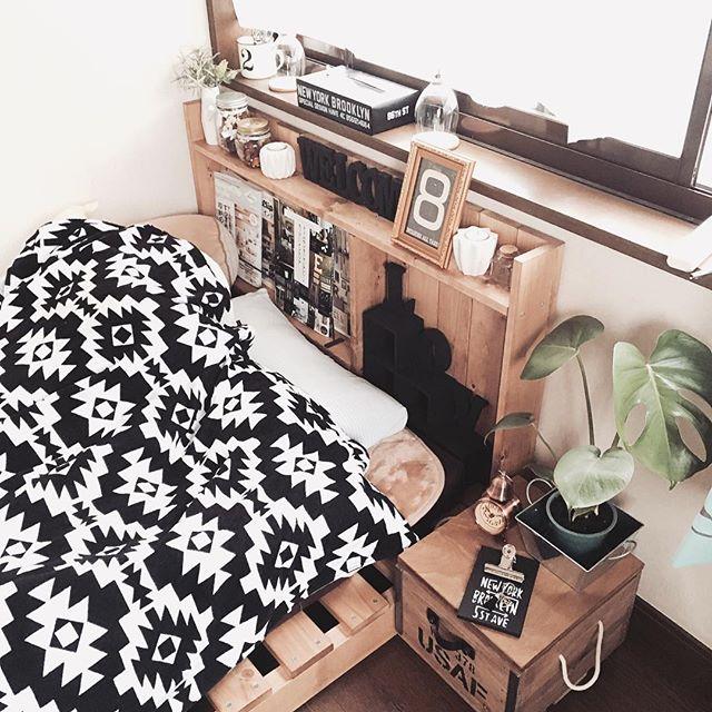 パレットを使ったベッドの寝室