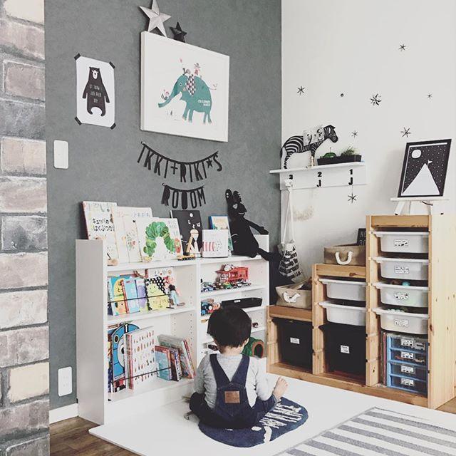 グレー×ホワイトのアクセントクロスの子供部屋