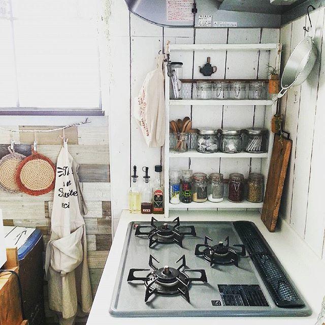 狭い台所にも合うDIY棚を用いるアイデア