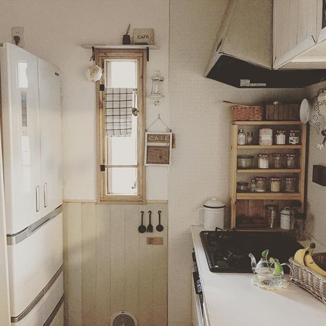 賃貸キッチンにも合うスリムな木製棚