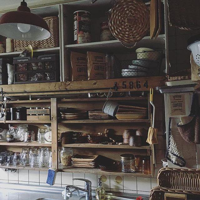 狭いキッチンに可愛い壁面棚を足すアイデア