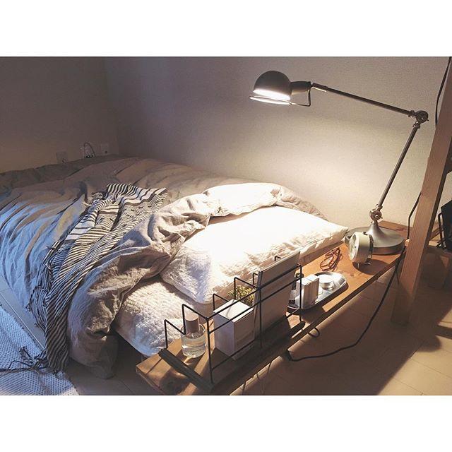 枕元の棚がポイントの寝室インテリアコーディネート