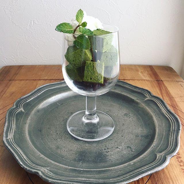 ワイングラスのデザートで食卓を彩る