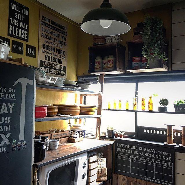 狭いキッチンに自作棚を取り付けるアイデア