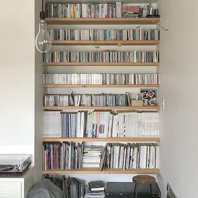 リビングの造作棚に本の収納