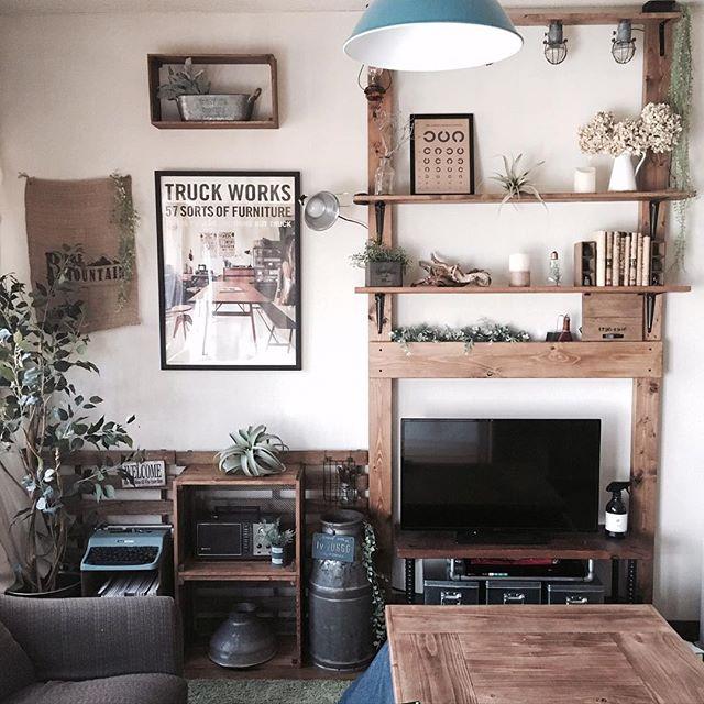 狭いリビングの収納アイデア《壁面棚》2