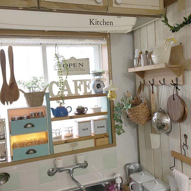 狭いキッチンにも合う壁掛けを用いるアイデア