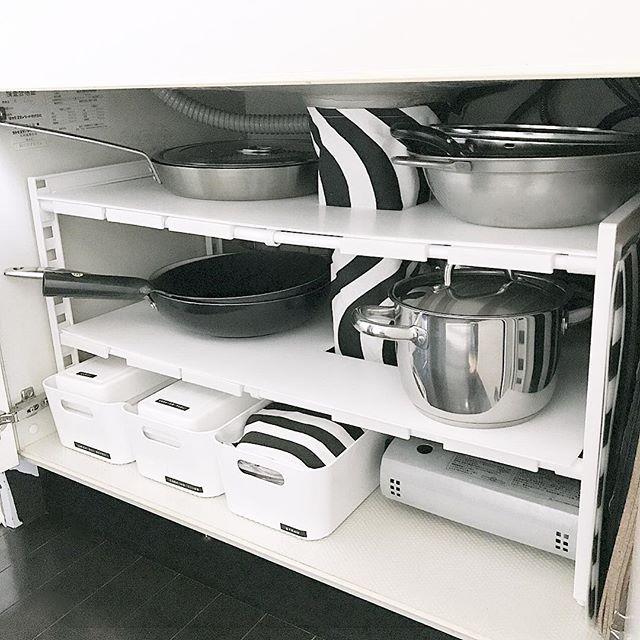 配管避け棚にフライパンや鍋を保管