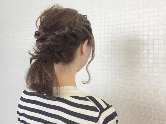 お洋服に存在感をプラスするミディアムヘア