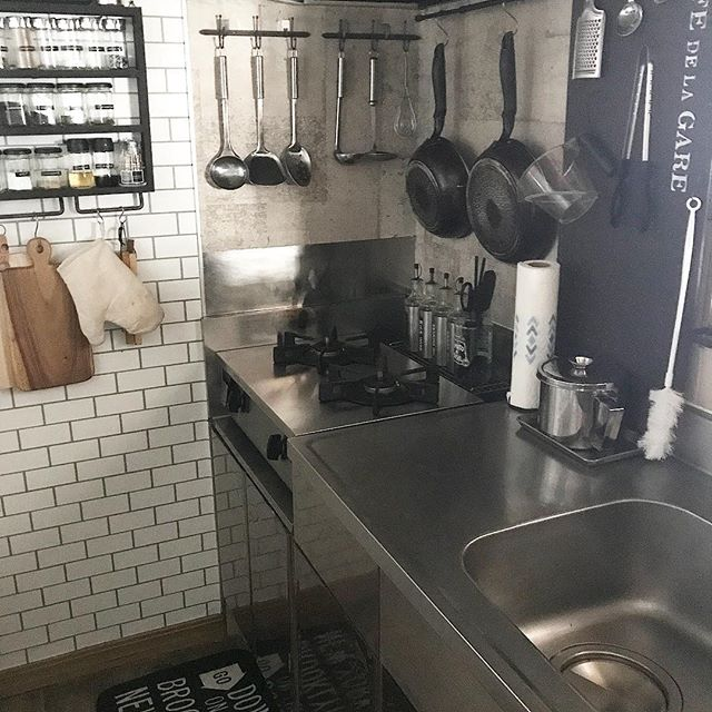 狭いキッチンにも似合う壁面収納アイデア