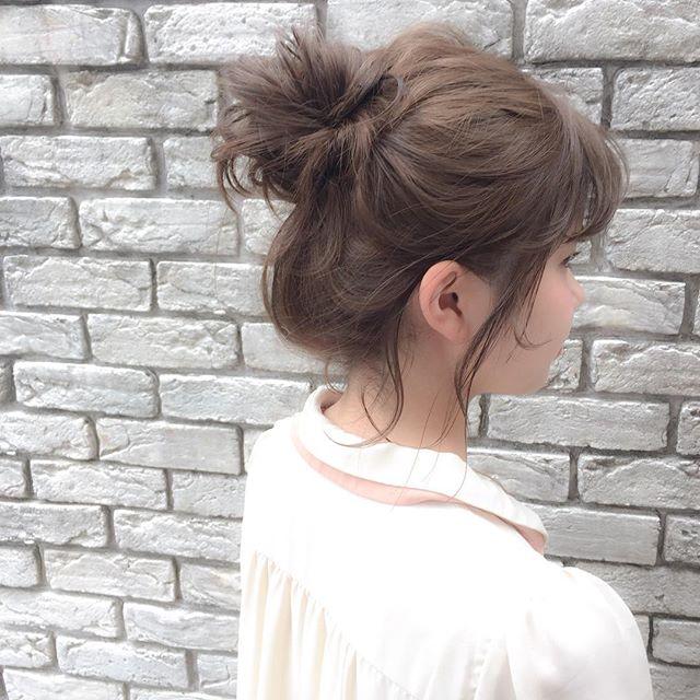 高め位置のお団子アレンジの髪型