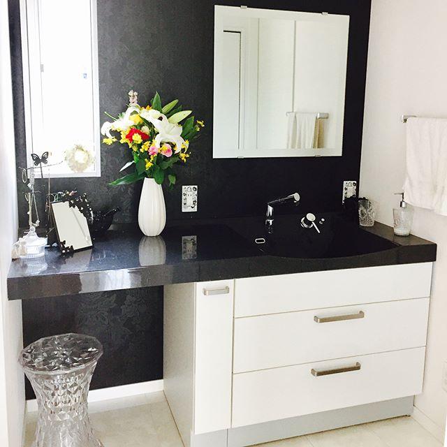 白黒でまとめた上品でおしゃれな洗面所
