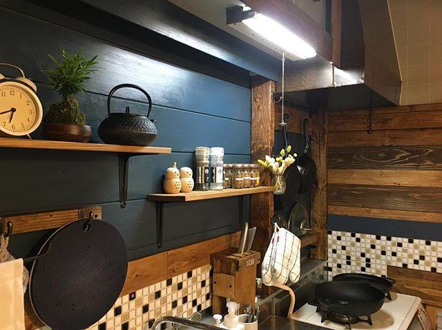 賃貸キッチンにも合う壁面棚を用いるアイデア