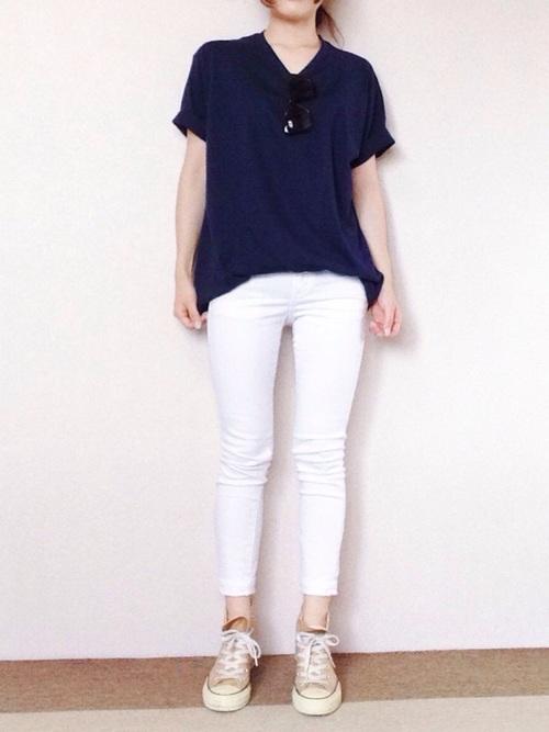 白スキニーパンツ×ネイビーTシャツコーデ