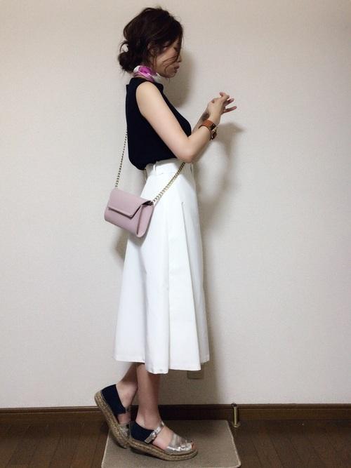 ピンクスカーフ×白セミロングスカートコーデ