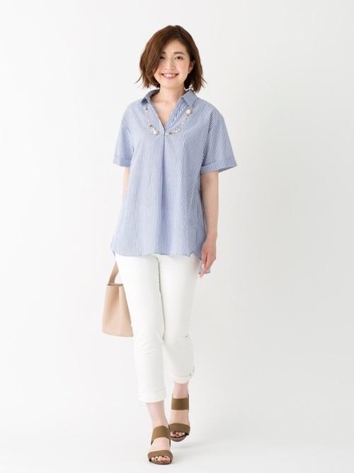 白スキニーパンツ×青ストライプシャツコーデ