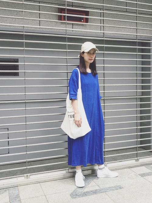 白スニーカー×青ワンピースの夏コーデ