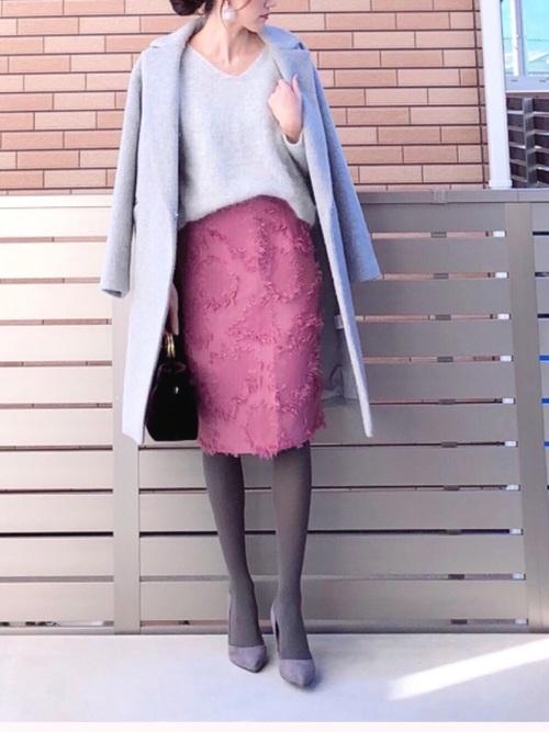 グレーパンプス×ピンクスカートの冬コーデ
