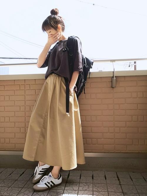黒リュック×ベージュチノスカートの夏コーデ
