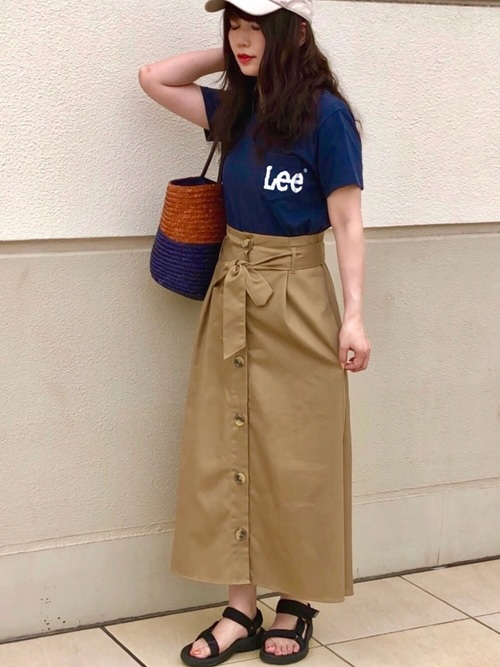紺ロゴTシャツ×ベージュスカートコーデ