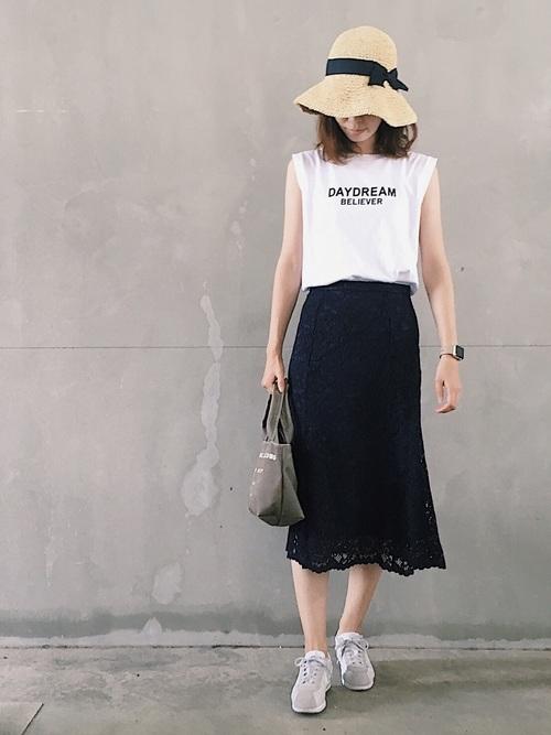 ロゴノースリーブTシャツ×レーススカート