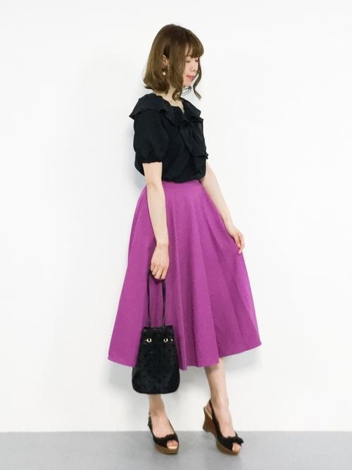 黒フリルブラウス×紫スカートの夏コーデ