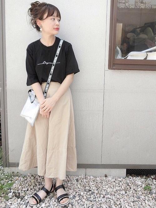 黒ロゴTシャツ×ベージュスカートコーデ