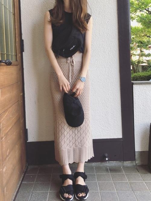 紺トップス×ベージュニットスカートコーデ
