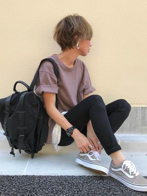 黒リュック×ブラウンTシャツの夏コーデ
