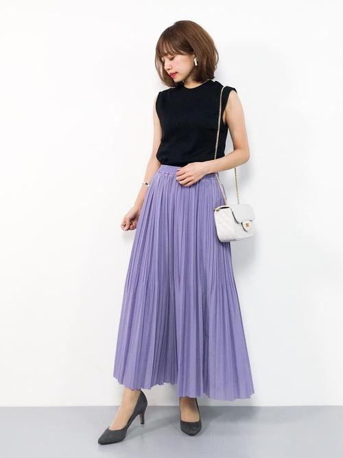 グレーパンプス×パープルスカートの夏コーデ