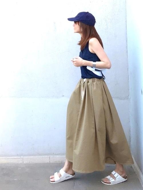 紺トップス×ベージュロングスカートコーデ