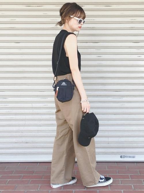 黒スニーカー×ブラウンチノパンツの夏コーデ