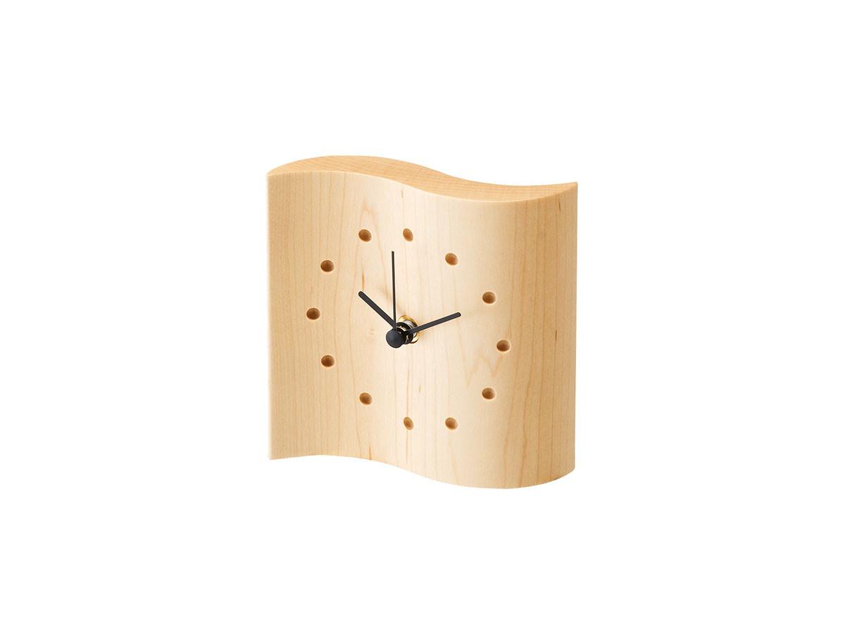 ウェーブ状のセンス感じる木製クロック