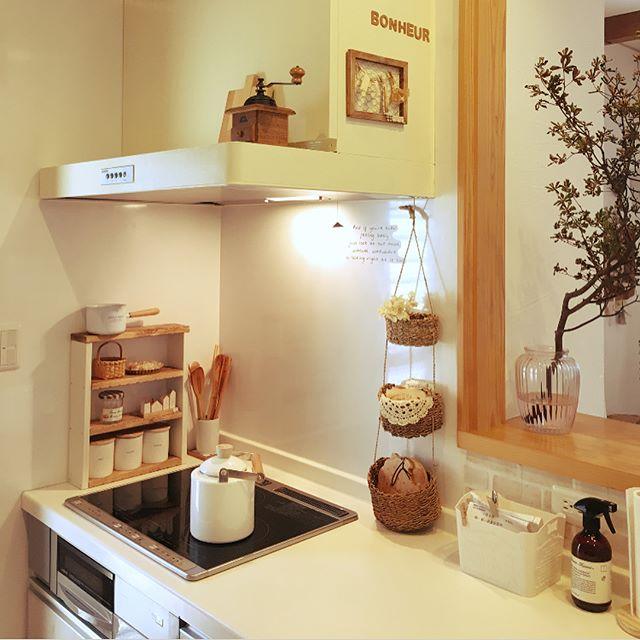 IH横を置き場所にした木製棚を使うアイデア