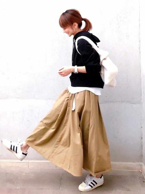 フレアロングスカート×白スニーカー