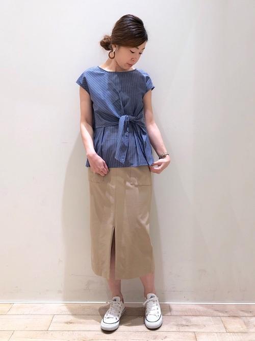 青ブラウス×ベージュタイトスカートコーデ