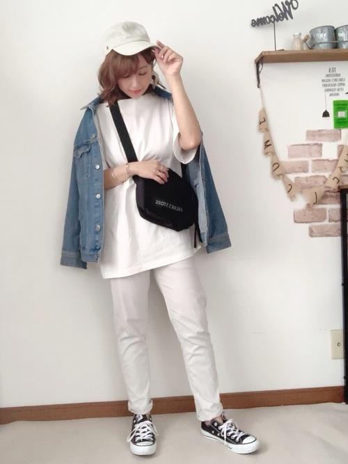 白スキニーパンツ×デニムジャケットコーデ