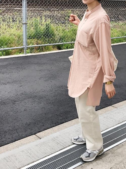 ニューバランススニーカー×ピンクシャツコーデ