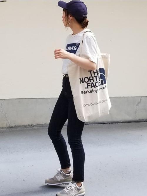 ロゴTシャツ×スキニーデニムパンツ