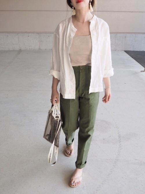 長袖白シャツを羽織る抜け感たっぷりな夏コーデ