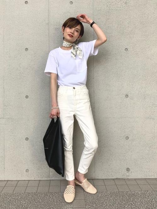 白スキニーパンツ×白Tシャツコーデ