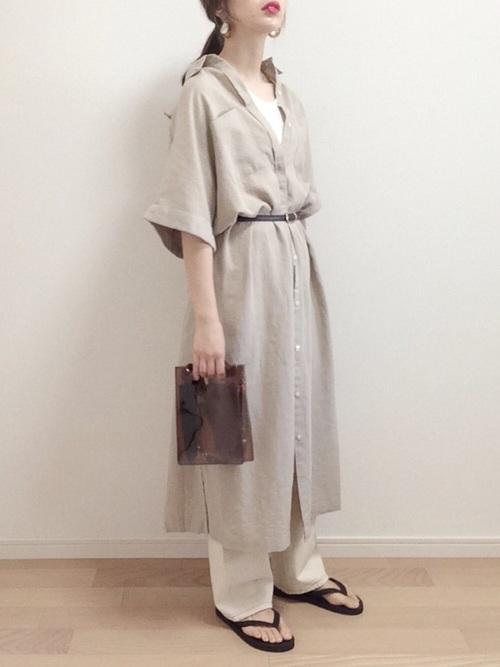 白デニムパンツ×ベージュシャツコーデ