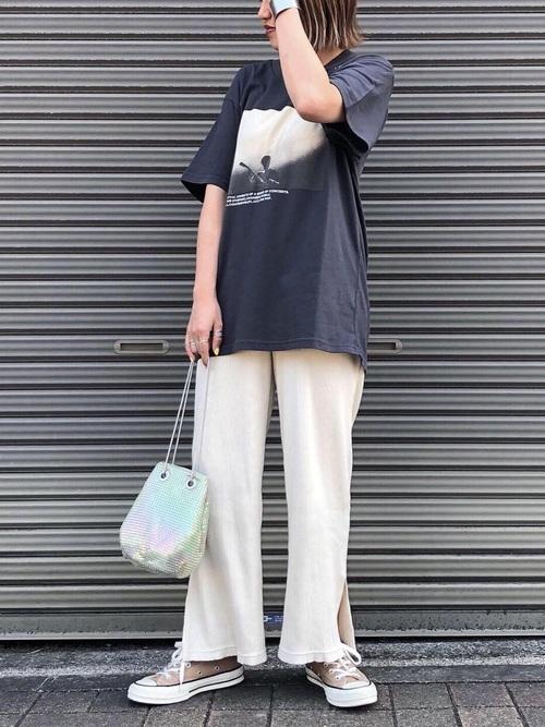 白ワイドパンツ×グレープリントTシャツコーデ