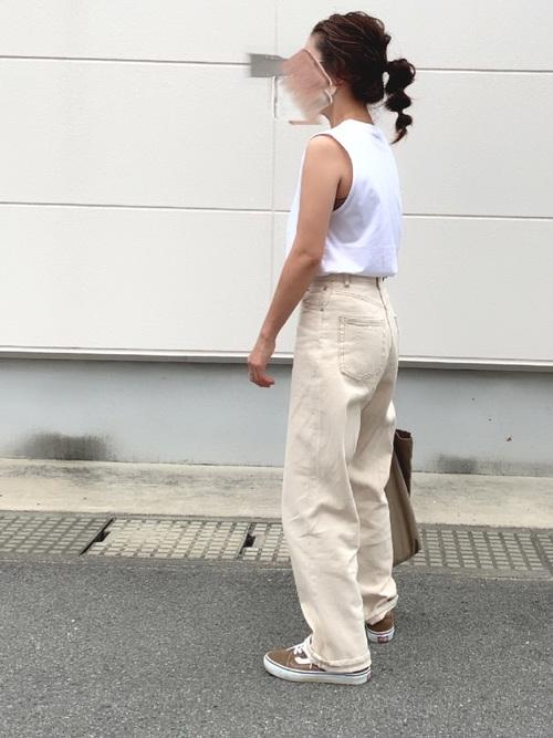 茶色スニーカー×白デニムパンツの夏コーデ
