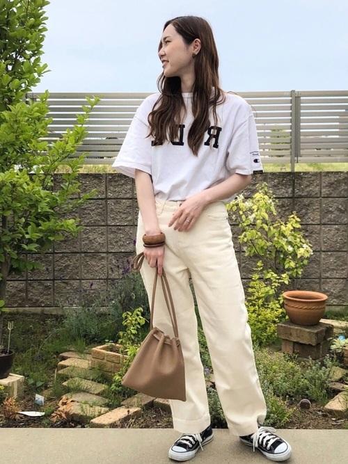 白デニムパンツ×白ロゴTシャツコーデ
