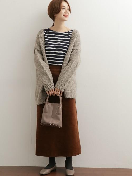 グレーパンプス×茶色スカートの秋コーデ