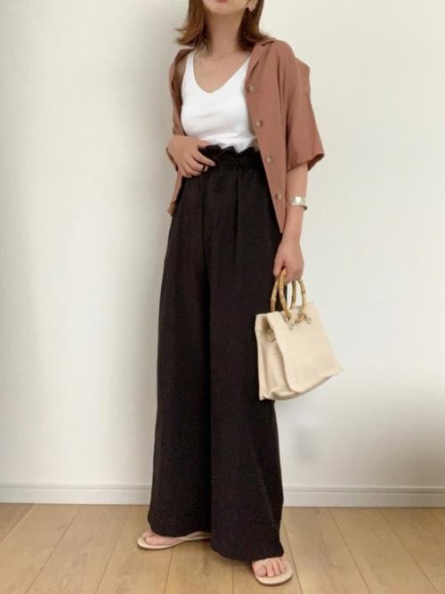 茶色半袖シャツ×黒ワイドパンツコーデ
